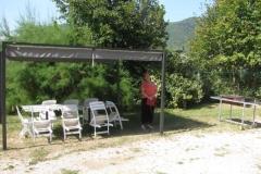 La tonnelle et le salon de jardin